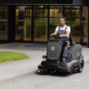 Подметально-всасывающие машины с сидением водителя